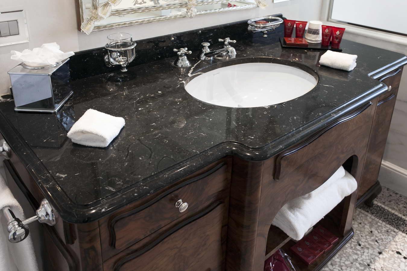 Bagni In Marmo Nero : Floran stone projects rivestimento bagno marmo calacatta caldia